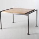 table sobre comportant sur le dessus un carré d'amourette.